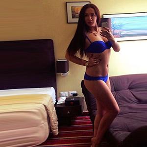 Escort Agentur Bonn Adelina erotiischer Kussmund zierlich sucht einen Mann
