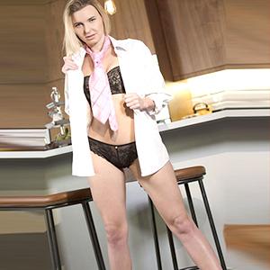 ESCORT FRÖNDENBERG/RUHR ältere Anfängerin Mariela bietet Doktorspiele beim Sexdate