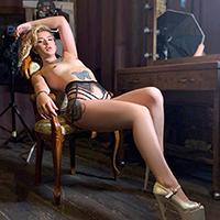 Flirtmodel Dolly Hot bei der Escort NRW Begleit Agentur bietet Käufliche Liebe sowie Fusserotik